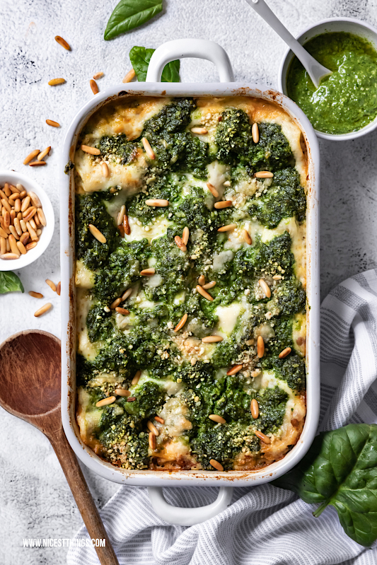 Vegane Lasagne Rezept mit Linsen Bolognese, Spinat Pesto und veganer Béchamel Sauce #vegan #lasagne #linsen #spinat #lasagna #veganfood #lentils #dinner #veganrecipes