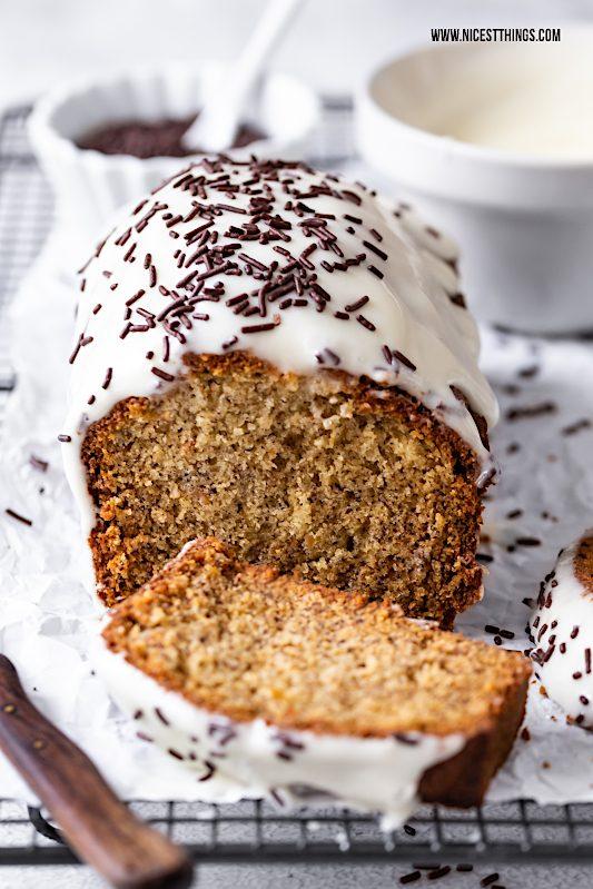 Bananenkuchen Rezept einfach mit Frischkäse Frosting und Schokoladen Streuseln #bananenkuchen #bananenbrot #bananabread #frischkäse #schokolade #frühstücksrezepte #kuchen #foodblogger #rührkuchen #frosting