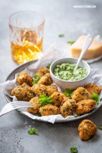Hähnchen mit Parmesankruste und Kräutern Parmesan Chicken #hähnchen #kräuter #chicken herbs #chickennuggets #parmesan #fingerfood #partyrezepte
