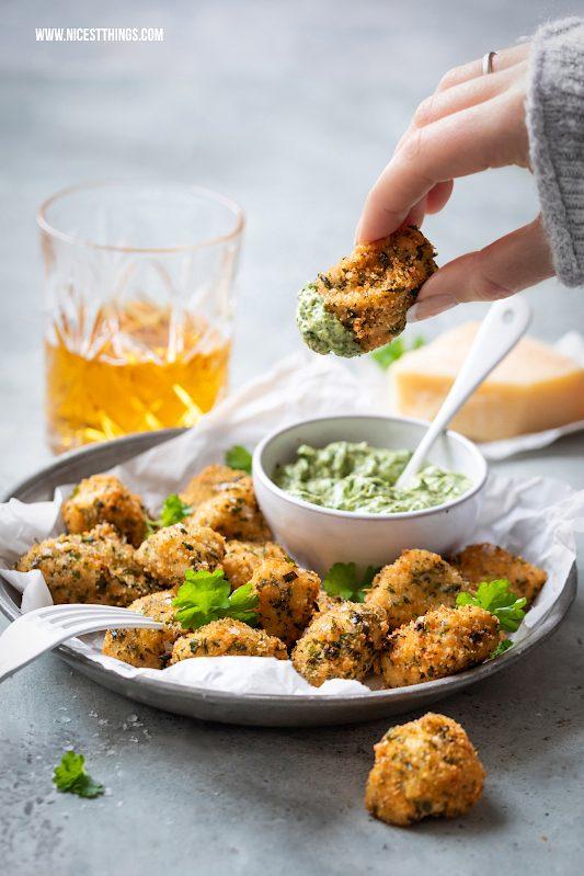 Hähnchen mit Parmesankruste und Kräutern Parmesan Chicken #hähnchen #chicken #chickennuggets #parmesan #fingerfood #partyrezepte
