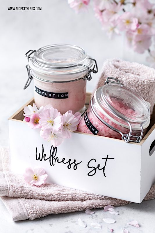 DIY Wellness Set selber machen Geschenkidee Spa Kit Wellness geschenkset Bodylotion selber machen #diy #geschenkideen #wellness #spa #diybodylotion #diyspakit #diypeeling #diybadesalz #diykosmetik #muttertag