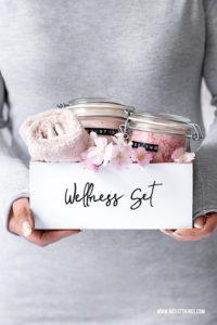 Wellness Geschenkset Bodylotion selber machen DIY Wellness Set selber machen Geschenkidee Spa Kit #diy #geschenkideen #wellness #spa #diybodylotion #diyspakit #diypeeling #diybadesalz #diykosmetik #muttertag