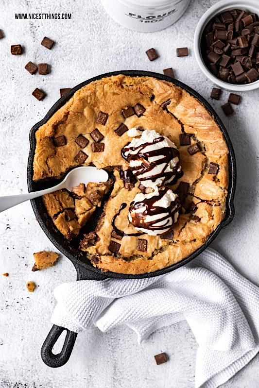 One Pan Cookie aus der Pfanne Riesen Cookie Rezept Skillet Cookie Chocolate Chip Cookie #cookie #cookies #onepancookie #skilletcookie #riesencookie #chocolatechipcookies #foodblogger