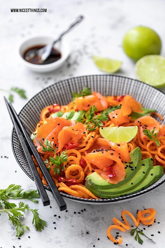 Süßkartoffel Nudeln Süßkartoffel Spaghetti Pasta Thai Wildlachs Lachs Avocado Limette Koriander Bowl #süßkartoffeln #sweetpotato #lowcarb #cleaneating #thai #buddhabowl #avocado #wildlachs #friedrichs #salmon #räucherlachs #lachsrezepte