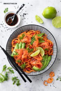 Süßkartoffel Nudeln Süßkartoffel Spaghetti Pasta Thai Wildlachs Lachs Avocado Limette Koriander Bowl #süßkartoffeln #sweetpotato #friedrichs #lowcarb #cleaneating #thai #buddhabowl #avocado #wildlachs #salmon #räucherlachs #lachsrezepte