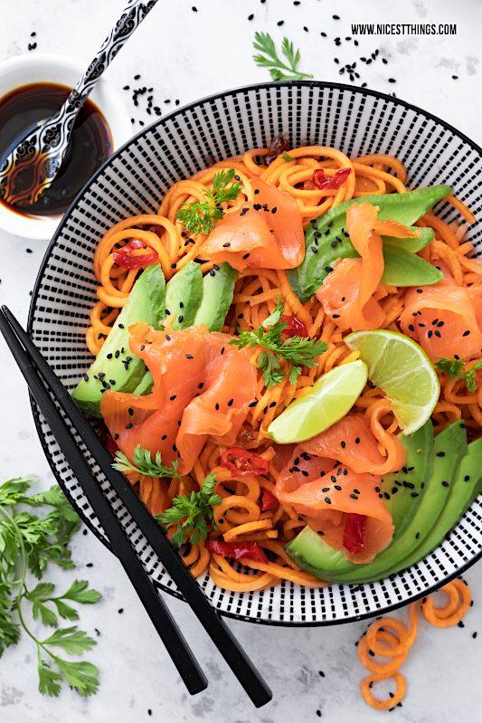 Süßkartoffel Nudeln Süßkartoffel Spaghetti Pasta Thai Wildlachs Lachs Avocado Limette Koriander Bowl #süßkartoffeln #sweetpotato #lowcarb #friedrichsfeinfisch #cleaneating #thai #buddhabowl #avocado #wildlachs #salmon #räucherlachs #lachsrezepte