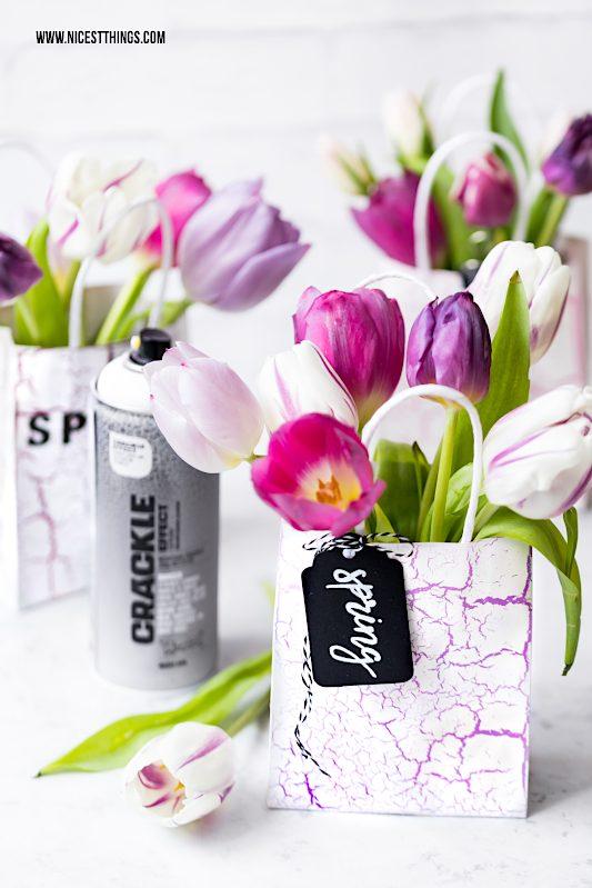 DIY Geschenktüten mit Blumen selber machen #flowerbags #diy #geschenkidee #geschenktueten #blumen #crackle #montanacans #allspraypainted