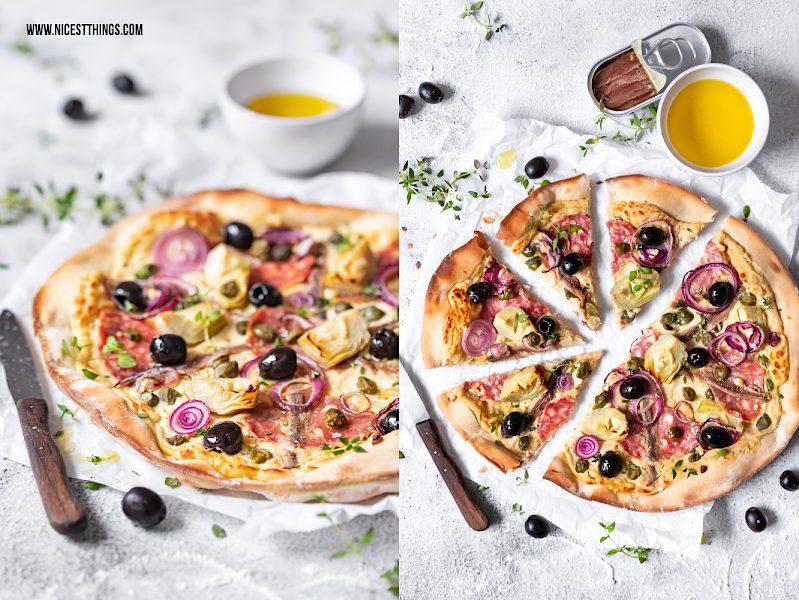 Pizza Bianca mit Kichererbsen Creme, Salami, kapern, Artischocken, Oliven und Sardellen