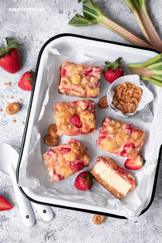 Rhabarber Cheesecake Rhabarber Käsekuchen mit Streuseln Rhabarber Streuselkuchen Erdbeeren Mascarpone Karamellbonbons #rhabarber #cheesecake #käsekuchen #streuselkuchen #rhabarberkuchen #rhabarbercheesecake #rhabarberrezepte #erdbeeren #erdbeerkuchen