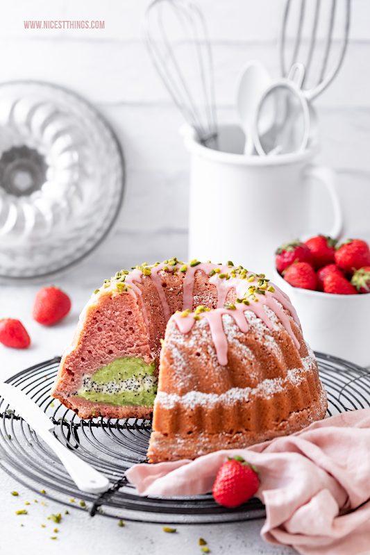 Erdbeer Gugelhupf mit Pistazien Cheesecake Kern Erdbeeren Guglhupf Rezept Erdbeer Rührkuchen Strawberry Bundt Cake #erdbeeren #gugelhupf #gugelhupf #erdbeerkuchen #pistazien #cheesecake #bundtcake #strawberries