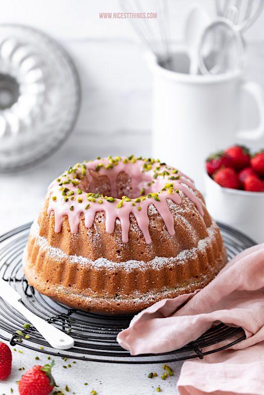 Erdbeer Gugelhupf mit Pistazien Cheesecake Kern Erdbeeren Guglhupf Rezept Strawberry Bundt Cake #erdbeeren #gugelhupf #gugelhupf #erdbeerkuchen #pistazien #cheesecake #bundtcake #strawberries