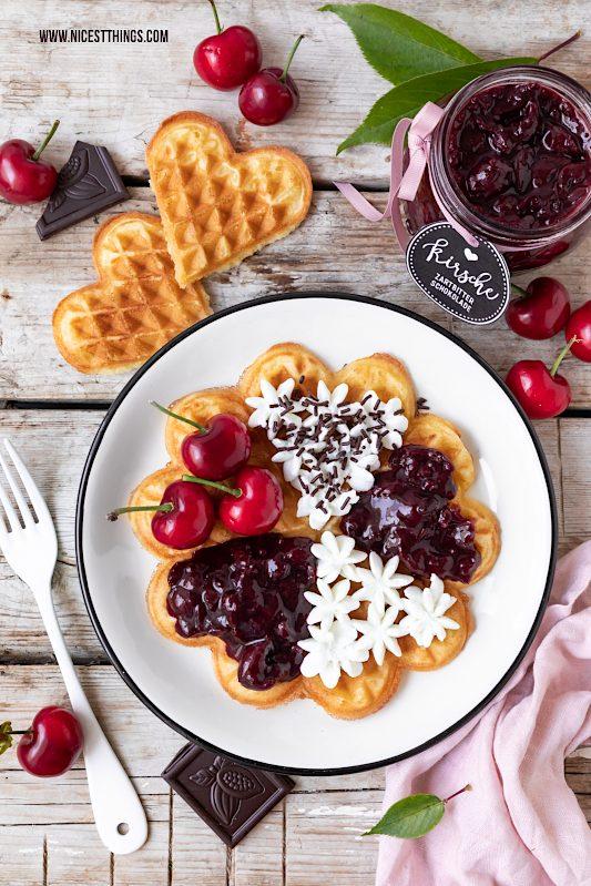 Waffeln mit Kirschen und Marmelade #waffeln #kirschen #marmelade #waffelrezept #waffles #schwarzwälderkirsch