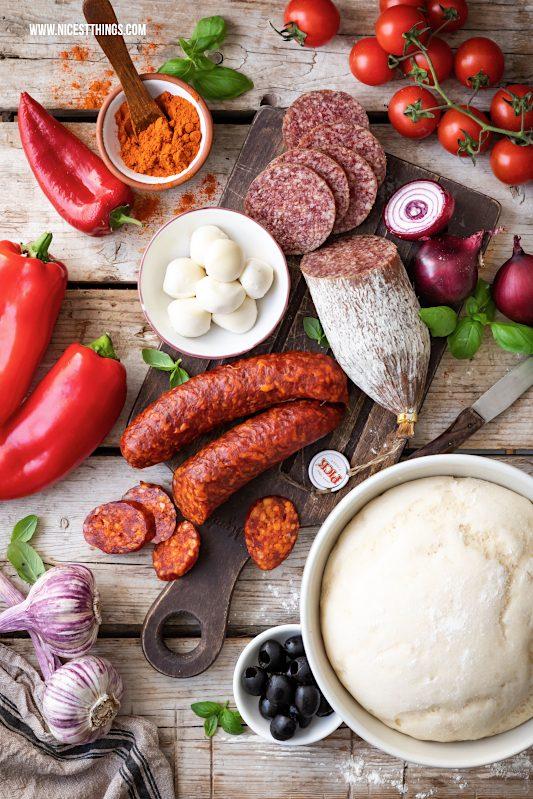 Zutaten für Pizza mit ungarischer PICK Salami, Paprika, roten Zwiebeln, Mozzarella und Oliven
