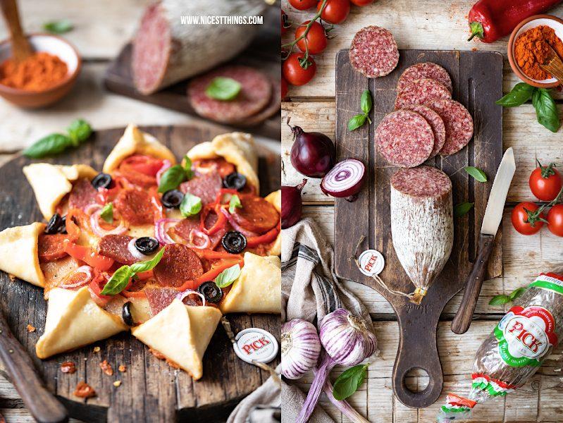 Pizza Stern von schräg sternförmige Pizza Party Pizza Rezept Pizzarezept mit ungarischer PICK Salami auf Schneidebrett, Paprika, Oliven und Mozzarella
