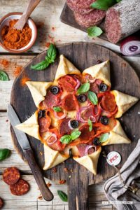 Pizza Stern sternförmige Pizza Party Pizza Rezept Pizzarezept mit ungarischer PICK Salami, Paprika, Oliven und Mozzarella #pizza #pizzastern #partyrezepte #pizzarezept #party #pick #picksalami #ungarisch #salamipizza #pizzatime