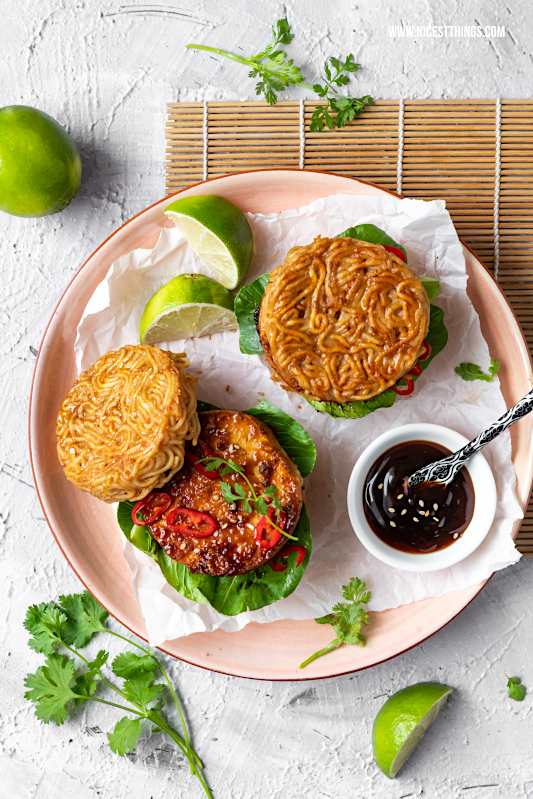 Ramen Burger Rezept Ramen Burger selber machen mit mariniertem Tofu knusprig Pak Choi Austernsauce #ramen #burger #ramenburger #asiatisch #streetfood #asiatischerezepte #leekumkee #oyysodelicious #tofu