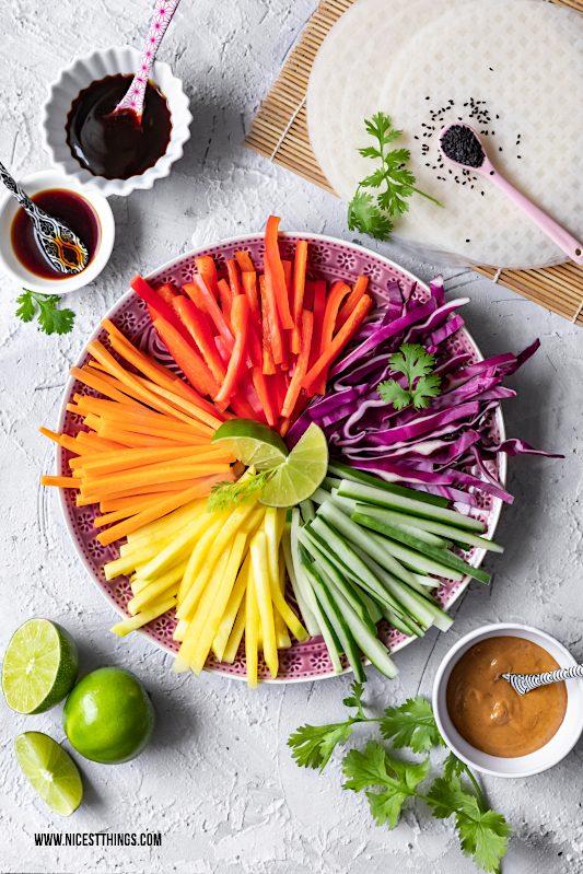 Teller mit Gemüsestreifen für asiatischen Regenbogen Salat #rainbowsalat #regenbogensalat #buntersalat #summerrolls #sommerrollen #asianrecipes #asiatisch