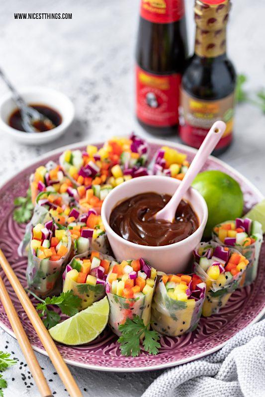 vegane Sommerrollen von der Seite gefüllt mit Regenbogen Salat und Mango #vegan #sommerrollen #regenbogensalat #mango #asiatisch #rainbowsalad #summerrolls