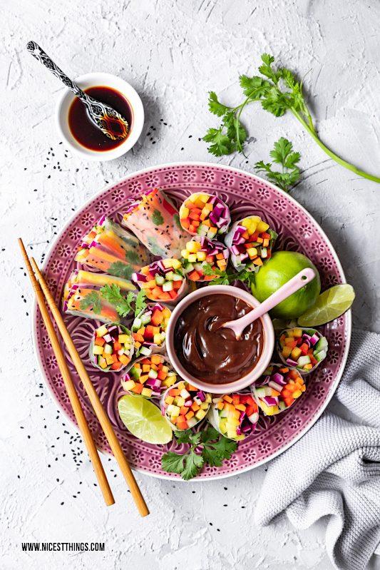 vegane Sommerrollen von oben gefüllt mit Regenbogen Salat und Mango #vegan #sommerrollen #regenbogensalat #mango #asiatisch #rainbowsalad #summerrolls