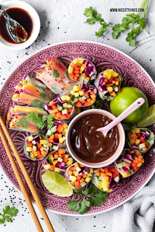 Close Up vegane Sommerrollen gefüllt mit Regenbogen Salat und Mango #vegan #sommerrollen #regenbogensalat #mango #asiatisch #rainbowsalad #summerrolls