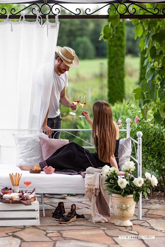 Aperitif auf Terrasse Garten weißes Daybed unter Pergola mit Wein und Zypressen Provence #aperitif #myprovencemoment #provencewines #provence #rosewine #terrace #terrasse #garten #pergola #outdoorbett #daybed #gartenbett #lavieenrosé