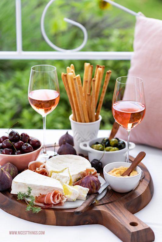 Werbung / Aperitif mit Roséweinen der Provence und Cheese Board Charcuterie Board Plancha #MyProvenceMoment #ProvenceWines #WinesOfProvence #LaVieEnRosé #Provence #Rosé #Aperitif #Roséwein #Charcuterieboard #Cheeseboard #Brotzeitbrett #Käseplatte #Wein #RoséweinderProvence