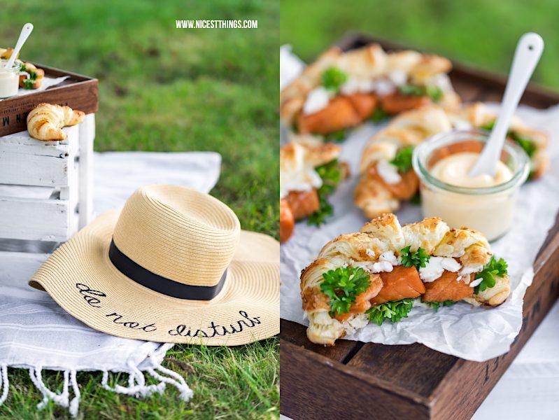 Picknick mit Blätterteig Croissants mit Stremel Lachs, Strohhut do not disturb