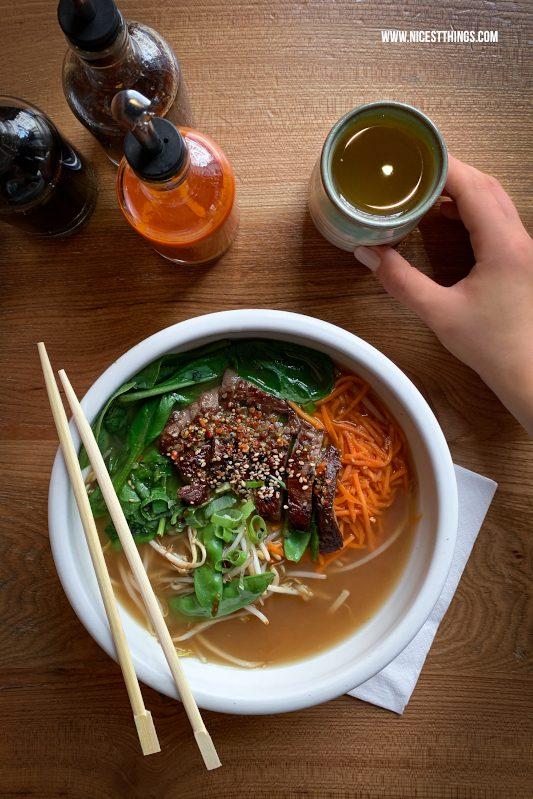 Ramen Suppe von oben Food Fotografie mit dem Smartphone bessere Food Fotos mit dem Handy machen Tipps für unterwegs #foodfotografie #foodphotography #foodfotos #fotografie #smartphone #handy #iphonexs #iphonexsmax #iphone #foodblogger #fototipps