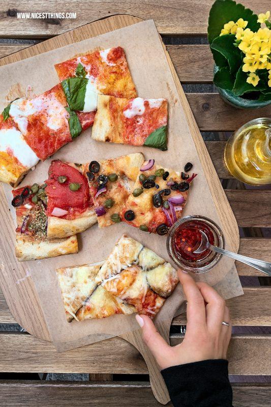Pizza auf Brett Food Fotografie mit dem Smartphone bessere Food Fotos mit dem Handy machen Tipps für unterwegs #foodfotografie #foodphotography #foodfotos #fotografie #smartphone #handy #iphonexs #iphonexsmax #iphone #foodblogger #fototipps