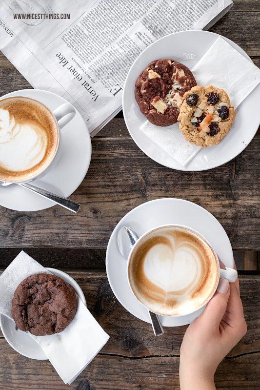 Kaffee Latte Art Flatlay Food Fotografie mit dem Smartphone bessere Food Fotos mit dem Handy machen Tipps für unterwegs #foodfotografie #foodphotography #foodfotos #fotografie #smartphone #handy #iphonexs #iphonexsmax #iphone #foodblogger #fototipps
