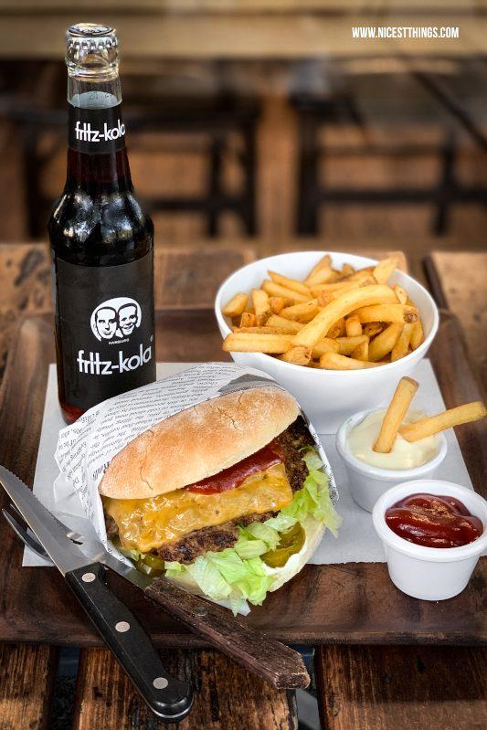 Burger und Pommes auf Tisch Food Fotografie mit dem Smartphone bessere Food Fotos mit dem Handy machen Tipps für unterwegs #foodfotografie #foodphotography #foodfotos #fotografie #smartphone #handy #iphonexs #iphonexsmax #iphone #foodblogger #fototipps #burger
