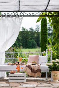 Werbung / Aperitif auf der Terrasse auf dem Daybed mit Roséweinen der Provence #MyProvenceMoment #ProvenceWines #WinesOfProvence #LaVieEnRosé #Provence #Rosé #Aperitif #Terrasse #Daybed #Roséwein #Wein #RoséweinderProvence