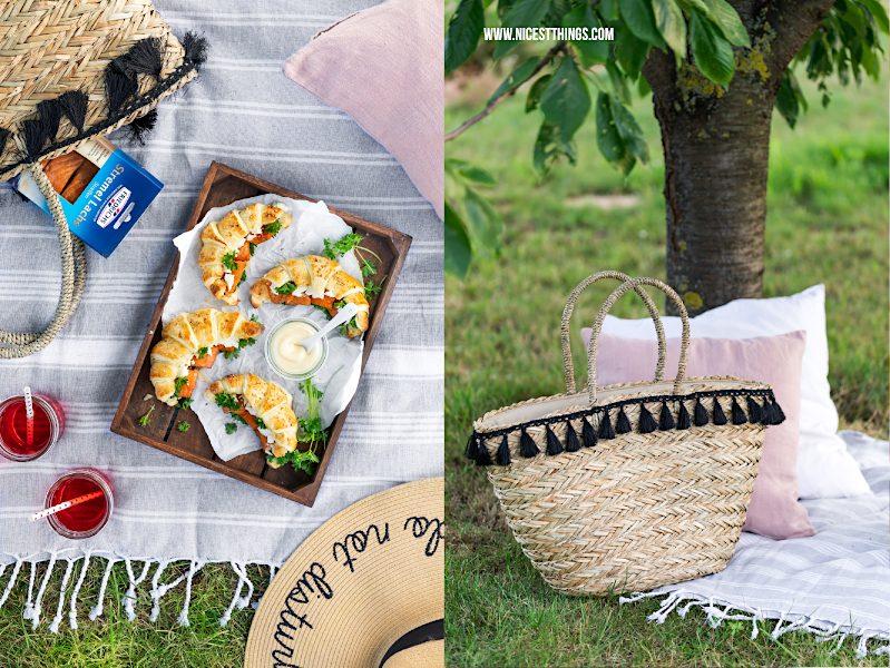 Picknickdecke mit Korb / Korbtasche, Strohhut, Blätterteig Croissants, Friedrichs Stremel Lachs