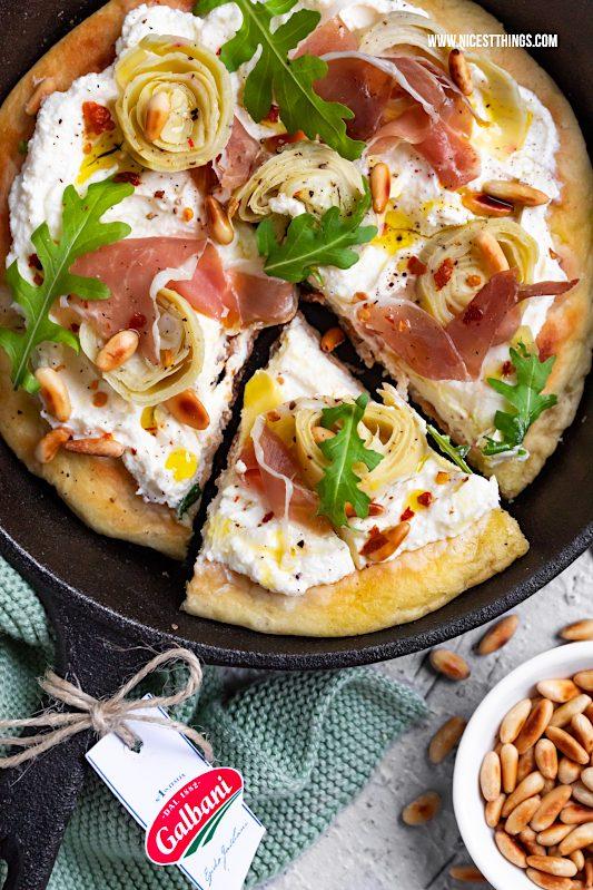 Pan Pizza Pfannenpizza Pizza in der Pfanne Rezept mit Ricotta, Artischocke, Prosciutto, Rucola, Pinienkernen #panpizza #pfannenpizza #pizza #pizzarezepte #ricotta #galbani #italianfood