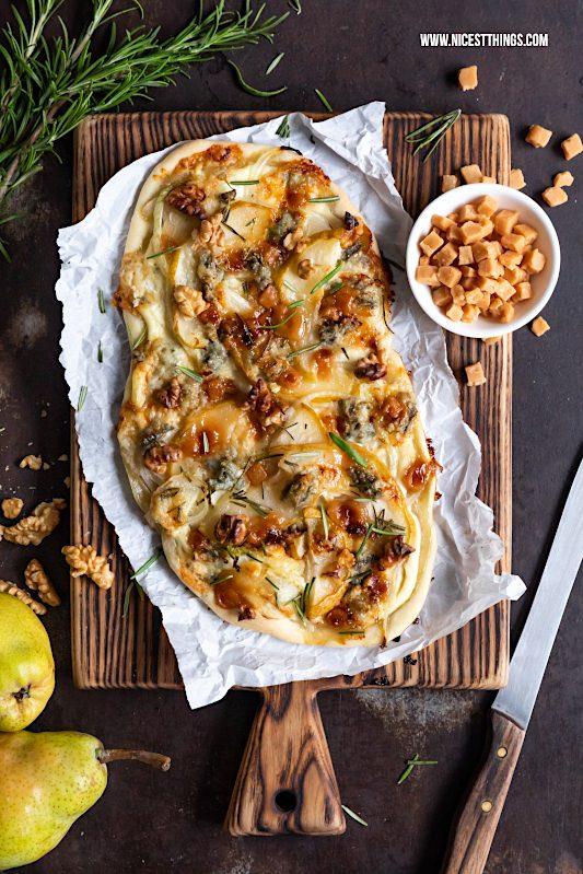 Flammkuchen mit Birne, Gorgonzola, Walnüssen, Karamell, Rosmarin #flammkuchen #birne #gorgonzola #walnüsse #herbstrezepte #droetker #genusswerkstatt