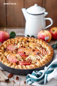 Apfeltarte Rezept mit Südtiroler Äpfeln, Vanillepudding, Pekannüssen, Ahornsirup Apple Pie Maple Pecan #applepie #apfeltarte #apfelkuchen #pekannuesse #ahornsirup #herbstrezepte #apple #SuedtirolerApfel #QualitaetEuropa #EnjoyItsFromEurope