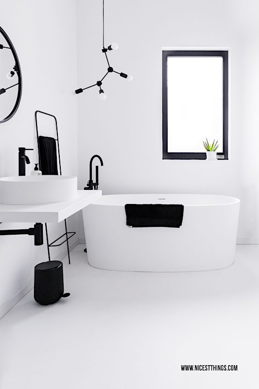 Loft Badezimmer schwarz weiss freistehende Badewanne Varese Molekular Leuchte #loft #badezimmer #bathroom #badewanne #interior #minimal #molecularlamp