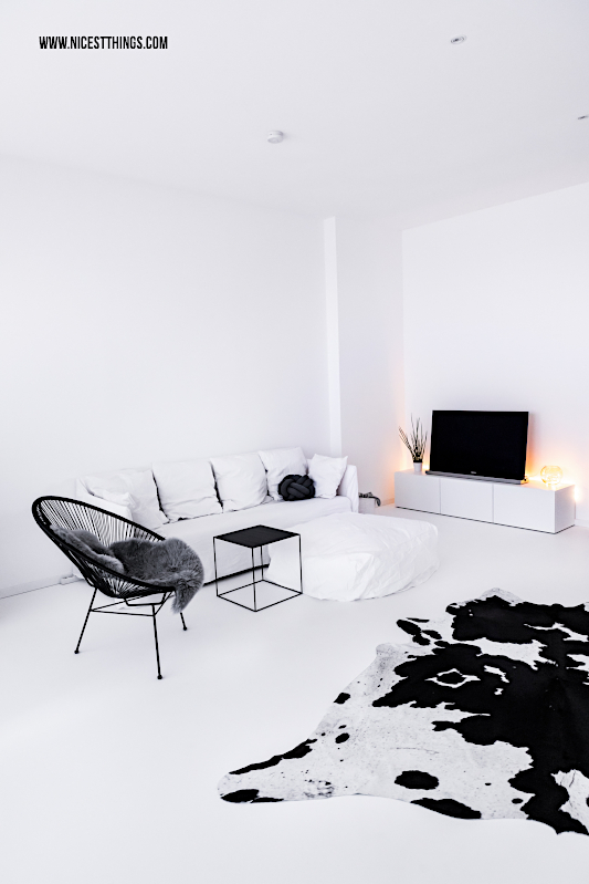 Wohnzimmer Living Room schwarz weiss Loft Gervasoni Ghost Acapulco Chair Kuhfell #wohnzimmer #loft #gervasoni #acapulco #kuhfell