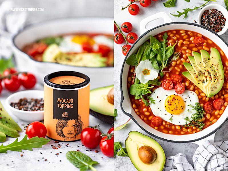 Avocado Topping Just Spices Gewürz Rezept Bohnenpfanne herzhaftes Frühstück mit weissen Bohnen, Avocado, Ei, Tomaten, Spinat