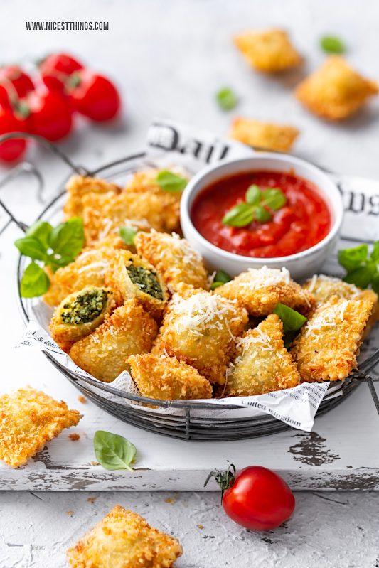 Frittierte Ravioli Rezept Fingerfood italienische Vorspeise Party mit Parmesan und Tomatensauce #ravioli #frittierteravioli #friedravioli #vorspeise #fingerfood #partyrezepte #party #partyfood #italienischerezepte #italienisch #italian