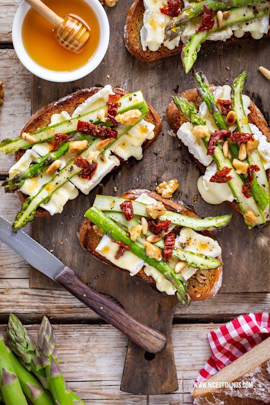 Spargel Toast Spargeltoast Brot mit grünem Spargel und Camembert Nüssen Honig Rezept #spargel #spargeltoast #spargelbrot #spargelrezepte #grünerspargel #lerustique #camembert #camembertlerustique #cheese #stulle