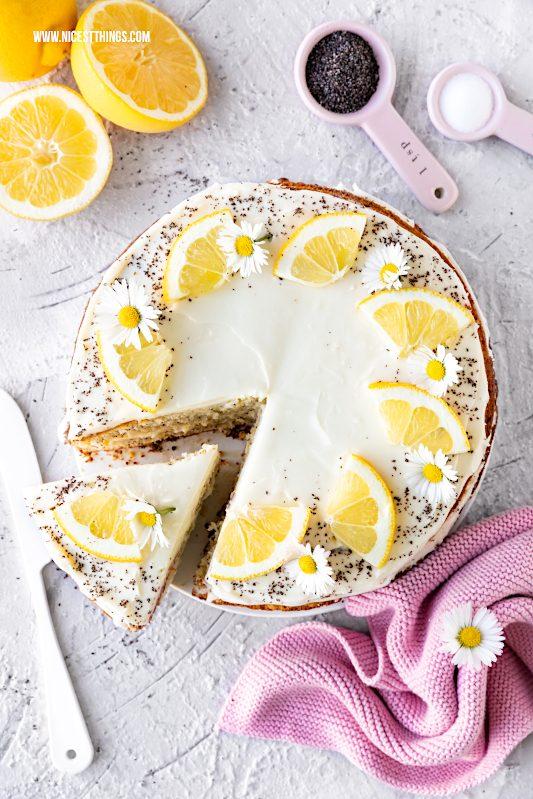 Saftiger Zitronenkuchen Rezept mit Mohn und Frischkäse Frosting einfach und schnell #zitronenkuchen #lemoncake #kuchen #zitronen #kuchenrezepte #einfachekuchen #backrezepte #südzucker #feinerbackzucker #einfachbacken #mohn