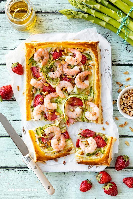 Blätterteig Tarte mit Spargel, Erdbeeren, Garnelen, Pinienkernen Rezept #blätterteig #tarte #spargel #erdbeeren #garnelen #homeoffice #costagenuss #costameeresspezialitäten #meerfürdich #schnellerezepte #einfacherezepte