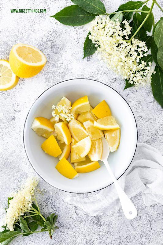 Zitronenstücke und Holunderblüten in Emaille Schüssel