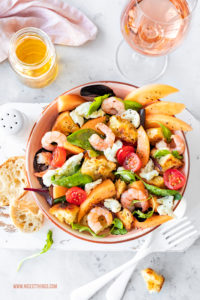Brotsalat Rezept Panzanella mit Cantaloupe-Melone, Garnelen und Burrata #brotsalat #panzanella #melone #burrata #garnelen #salatrezepte #myprovencemoment #letsstayrosé #wellalwayshaveprovence #vinsdeprovence #roséwein #provence
