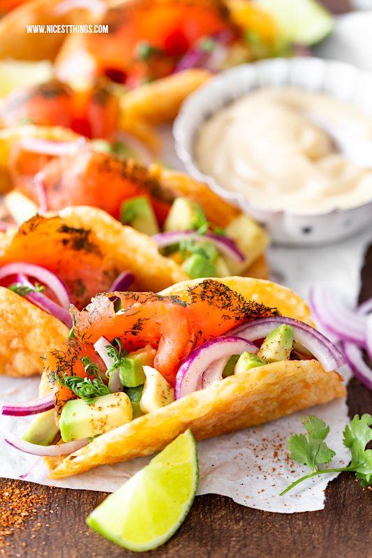Low Carb Tacos Rezept glutenfrei mit Graved Lachs, Avocado, Zwiebeln #lowcarb #tacos #glutenfrei #avocado #tacorezepte #lachs #friedrichs #gravedlachs