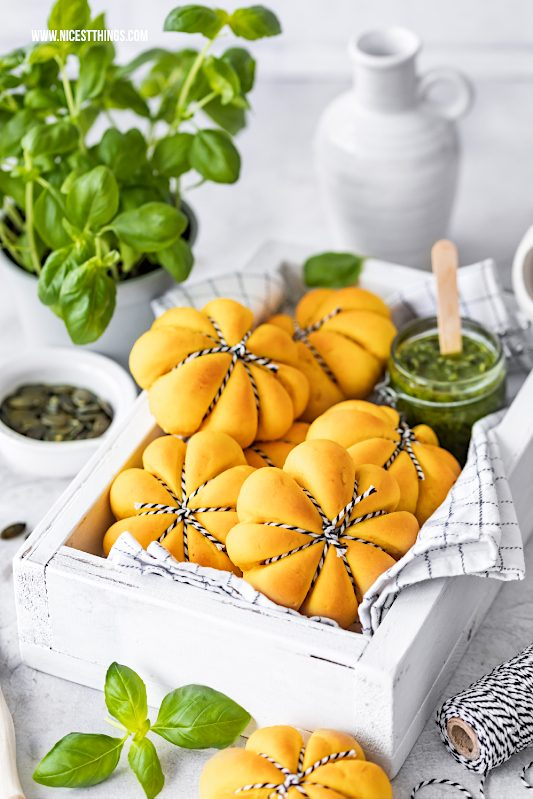 Kürbisbrötchen Rezept Kürbis Brötchen Kuerbisbroetchen Kuerbis Broetchen Kürbiskern Pesto Frischkäse #kürbisbrötchen #kuerbisbroetchen #pesto #herbst