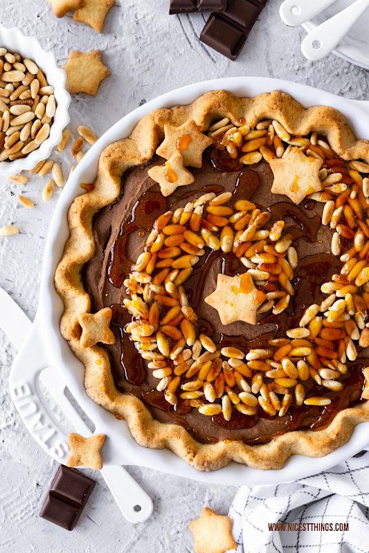 Maronenkuchen Maronen Pie Rezept mit Pinienkernen, Karamell und Schokolade #maronen #maronenkuchen #maronenpie #pie #maronentarte #tarte #pinienkerne #pinienkerntarte #pinienkernkuchen #pinienkernkampagne #karamell #schokolade #chestnuts #pinenuts