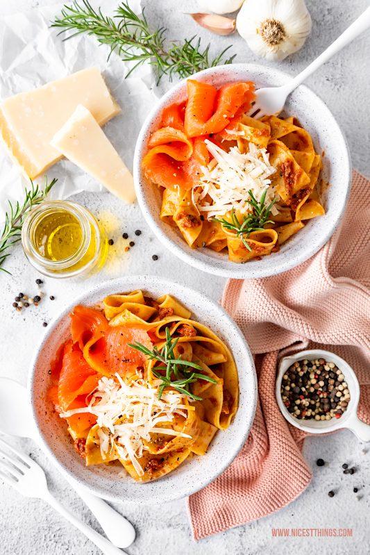 Nudeln mit Räucherlachs Bandnudeln Lachs Tagliatelle rotes Pesto Parmesan Rezept Friedrichs Feinfisch Lachsforelle #nudeln #pasta #lachs #räucherlachs #lachsforelle #pastarezept #schnellerezepte #einfacherezepte #friedrichs #friedrichsfeinfisch