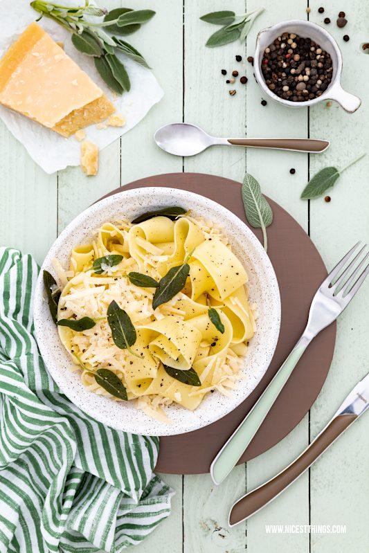 Bandnnudeln mit Salbei und Parmesan auf grünem Hintergrund #datacolor #colorreader #fromthistothat